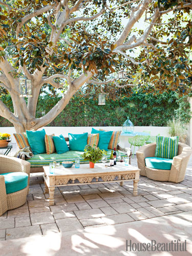 11-hbx-outdoor-vintage-sofa-and-coffee-table-nickey-kehoe-0313-lgn