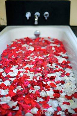 baignoire-romantique-avec-des-fleurs-thumb14702767