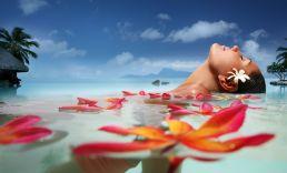 Dans un bain de fleurs de frangipaniers (Tipanie).