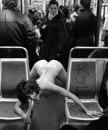 Femme nue dans le métro