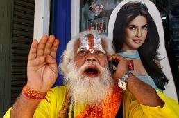 street_photography_tour_adventure_workshop_india_mumbai_kalbadevi_mobile_phone_shop_cellphone_sadhu_holy_man_contrast