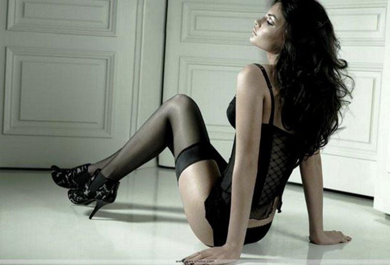 alyssa_miller_lingerie_jacob_chic_elegante_talons_aiguille_port_tete_hautain_peau_ambree_teintes_foncees_guepiere_vernis_ongles_noir_ombre_sol_portes_sp027_resize